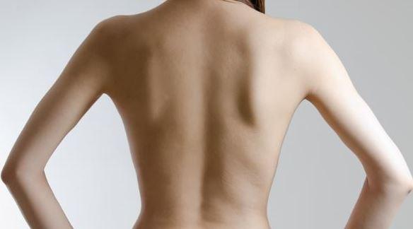 肩こり解消ストレッチ!背骨を刺激して自律神経を整えよう!